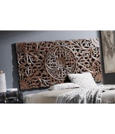Cabecero de madera tallada con motivos vegetales, color marrón.